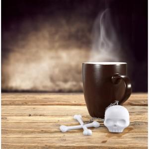 koponya teaáztató. A csontok segítenek, hogy a teatojás ne merüljön el a bögrében.