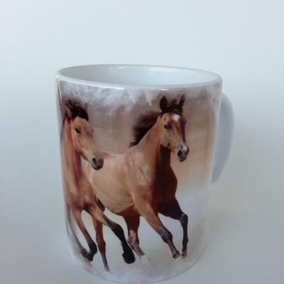 Lovas ajándék a lovak szerelmeseinek. Lovas bögre vágtázó lovas pár mintával