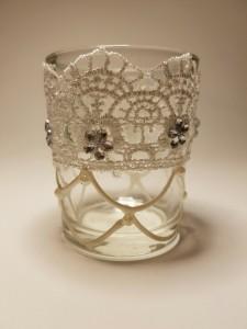 Üveg mécsestartó csipke díszítéssel