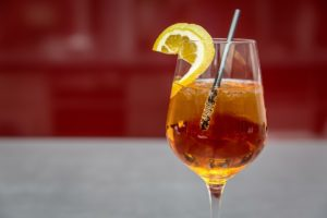 pezsgő koktél brandyvel. Klasszikus koktél az hagyományok kedvelőinek.